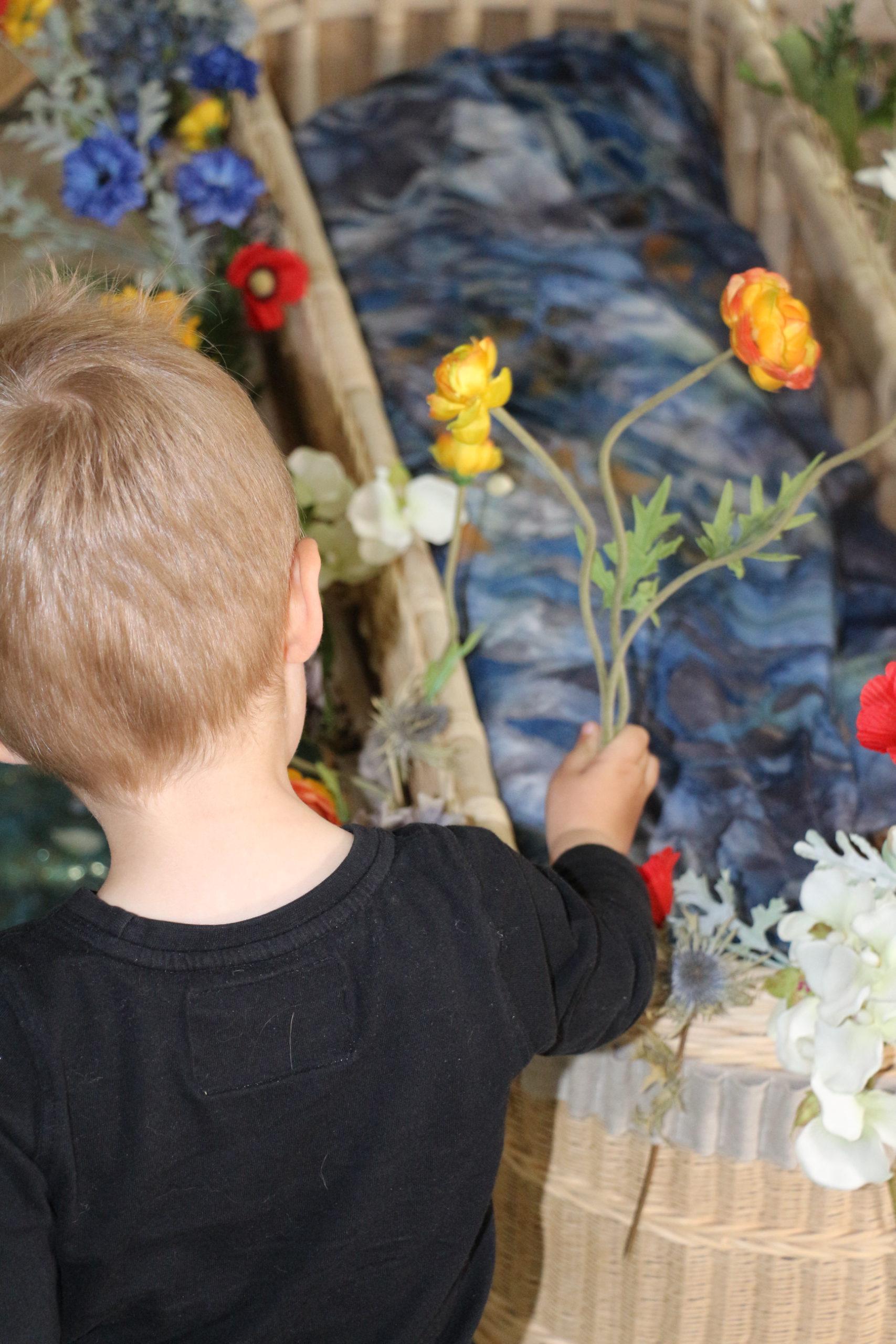 Kind bloemen insteken5 scaled