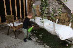 Kind grasopbaring gras besproeien